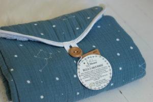 Matelas à langer nomade bleu canard imprimé de constellations